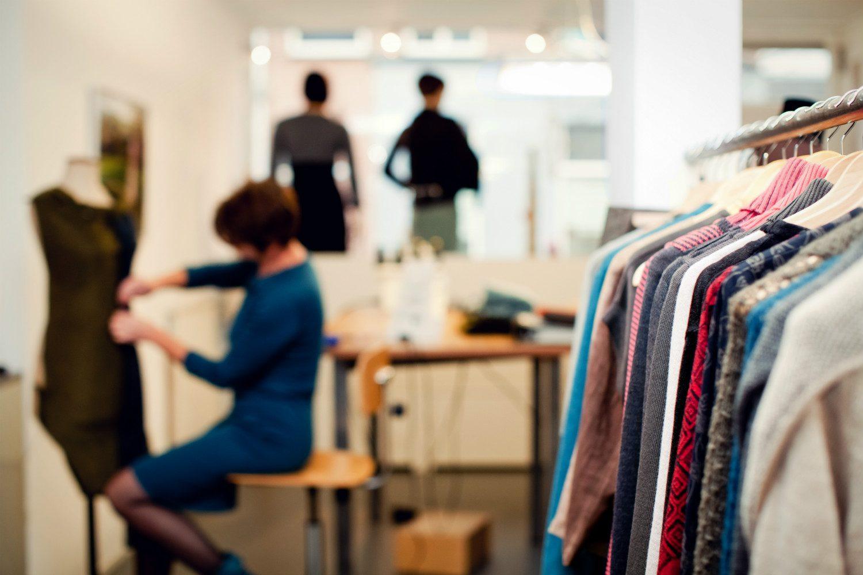 Chris Meijers Collectie - Chris aan het werk in de atelierwinkel