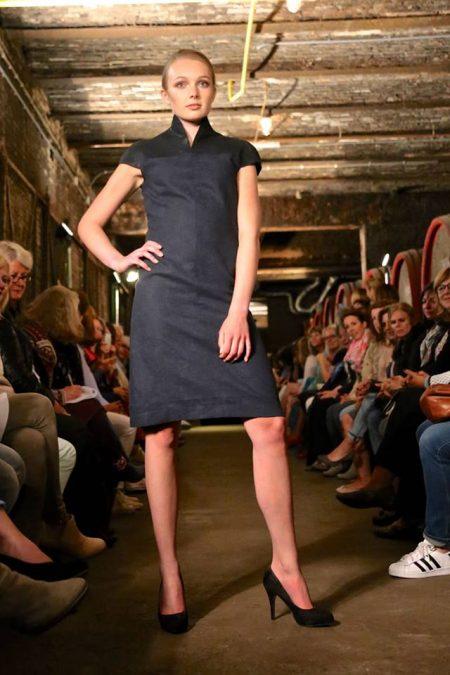 chris-meijers-collectie-modeshow-vice-versa-2016-jurk-van-ramie-en-leer-foto-frans-schneiders